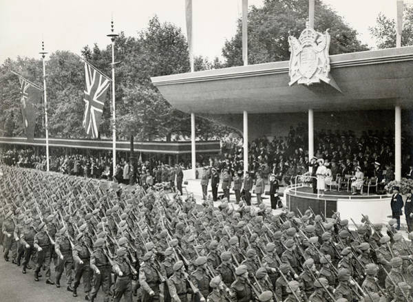 Wall Art - Photograph - The Victory Parade  The  Queen's Royal by Mary Evans Picture Library