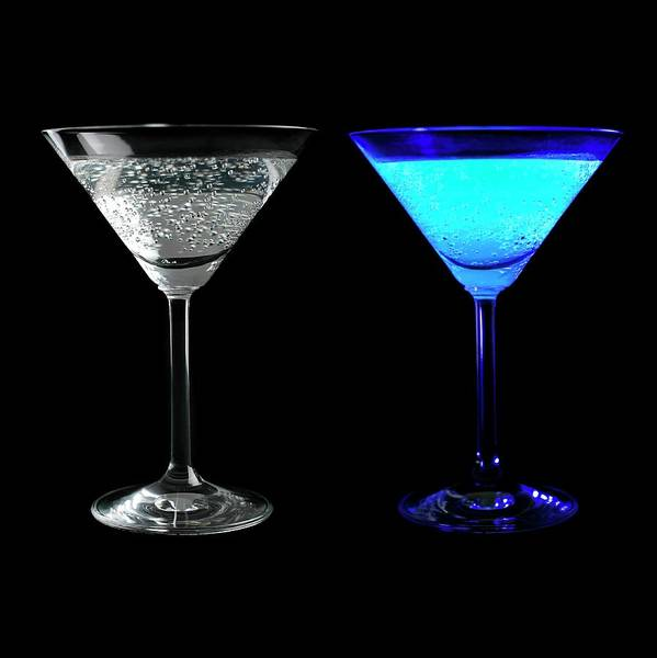 Tonic Photograph - Tonic Water Fluorescing by Science Photo Library