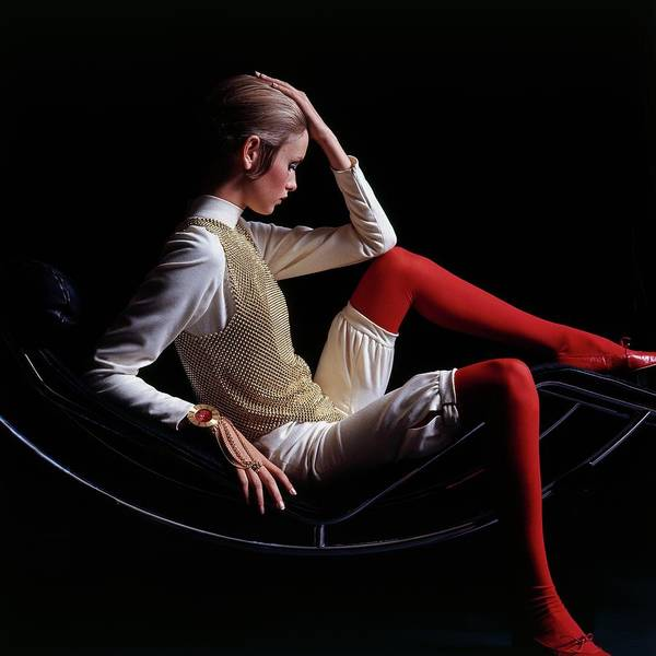 Caucasian Wall Art - Photograph - Twiggy Sitting On A Modern Chair by Bert Stern