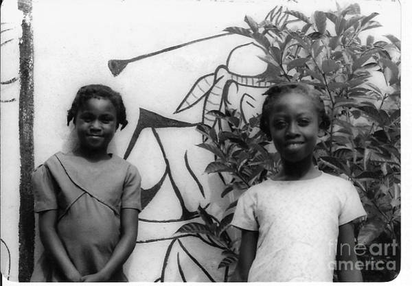 Blanco Y Negro Wall Art - Photograph - Two Kids Smiling by Bill Wagner