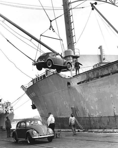 Bug Man Photograph - Unloading Volkswagons by Underwood Archives