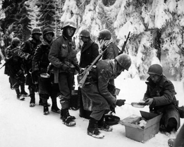 Wall Art - Photograph - U.s. Infantrymen At Field Mess by Everett