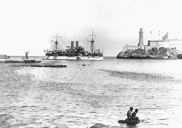 Wall Art - Photograph - Uss Maine Entering Havana Harbour by Us Army/science Photo Library