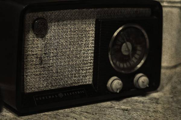 Wall Art - Photograph - Vintage Ge Radio by Dan Sproul