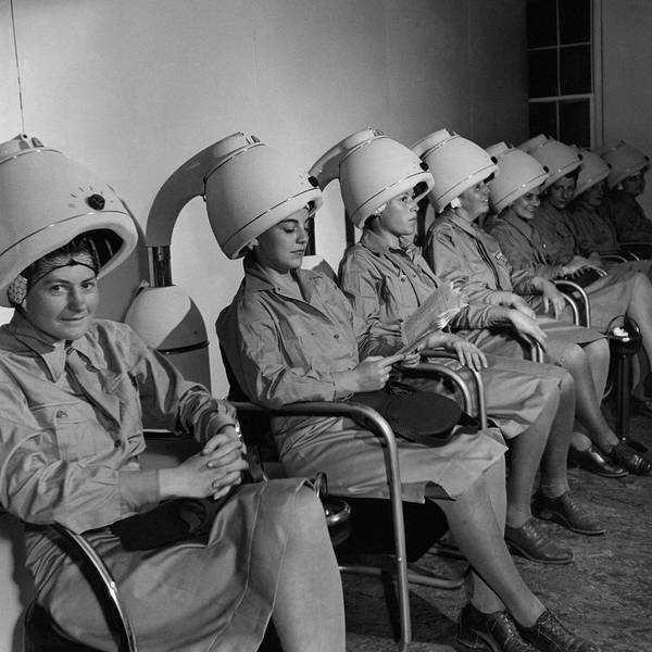 Photograph - Waac Officers At A Beauty Parlor by Toni Frissell