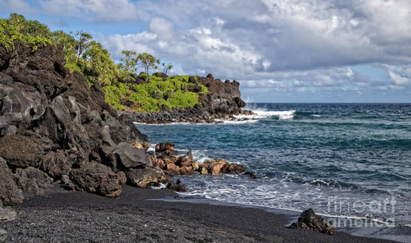 Kunst Wall Art - Photograph - Waianapanapa State Park's Black Sand Beach Maui Hawaii by Edward Fielding