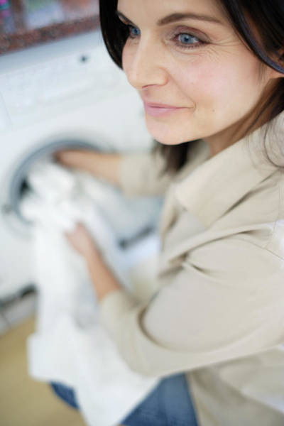 Linen Wall Art - Photograph - Woman Washing Clothes by Ian Hooton/science Photo Library