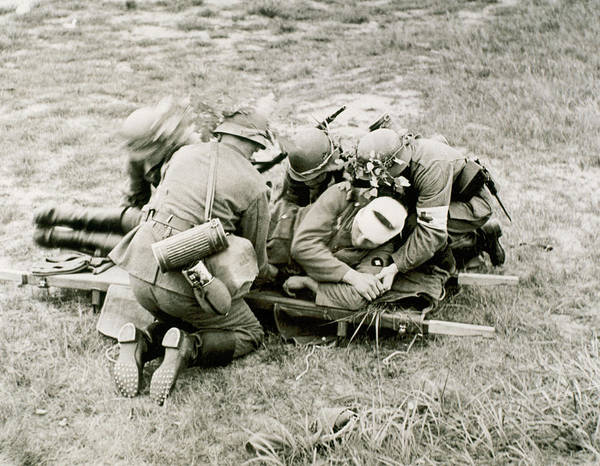 Bandage Photograph - World War II (1939-1945 by Prisma Archivo
