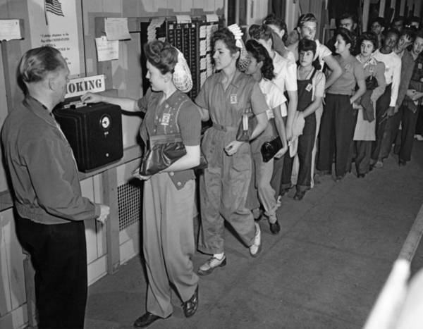Ww Ii Photograph - Wwii Student Workers by Underwood Archives