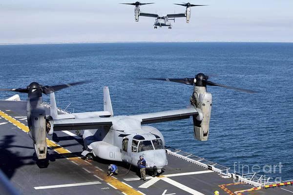 Mv-22 Photograph - An Mv-22 Osprey Tiltrotor Aircraft by Stocktrek Images