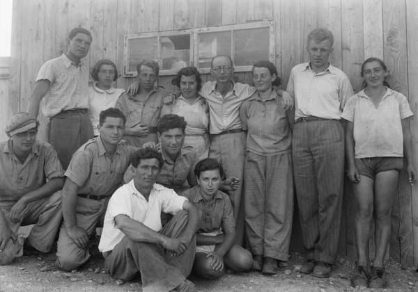 Kibbutz Photograph - Group Of Jewish Immigrants Harvesting by Everett