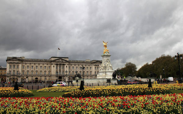 Photograph - Buckingham Palace by Andrew Fare