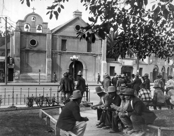 1924 Photograph - Hispanics On The Plaza by Underwood Archives
