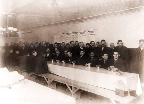 Business Cycles Wall Art - Photograph - Men Dining At New Yorks Municipal by Everett