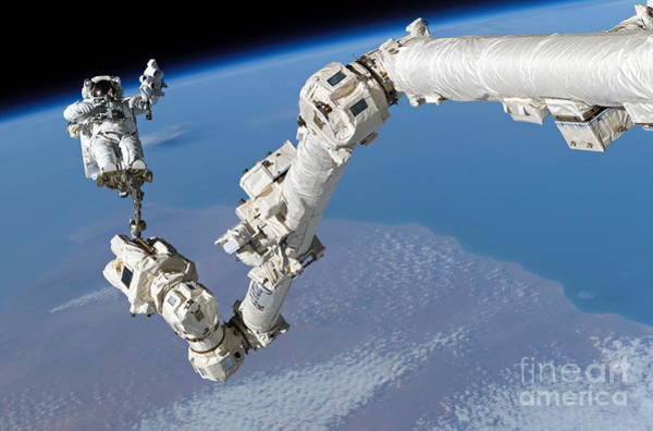 Return To Earth Photograph - Return To Flight Spacewalk, 03082005 by Science Source