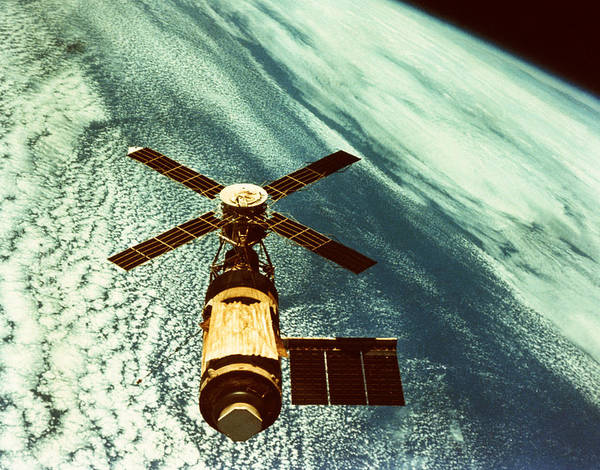 Wall Art - Photograph - Skylab Space Station In Space by InterNetwork Media