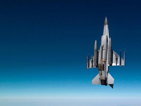 Wall Art - Photograph - General Dynamics F-16 Fighting Falcon by L Brown