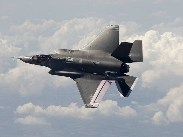 Wall Art - Photograph - Lockheed Martin F-35 Lightening II Joint Strike Fighter by L Brown
