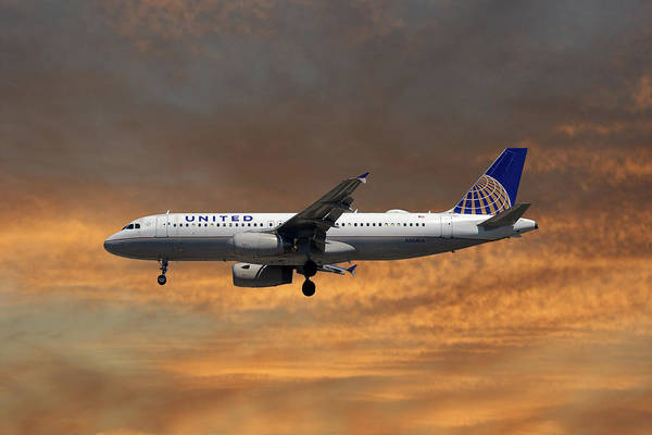United Airlines Wall Art - Photograph - United Airlines Airbus A320-232 by Smart Aviation
