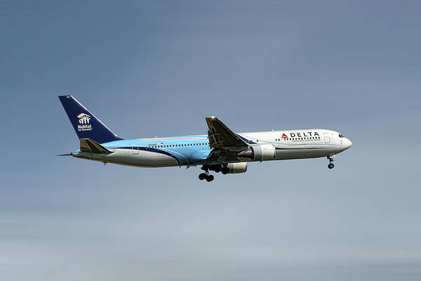 Delta Mixed Media - Delta Air Lines Boeing 767-332 by Smart Aviation