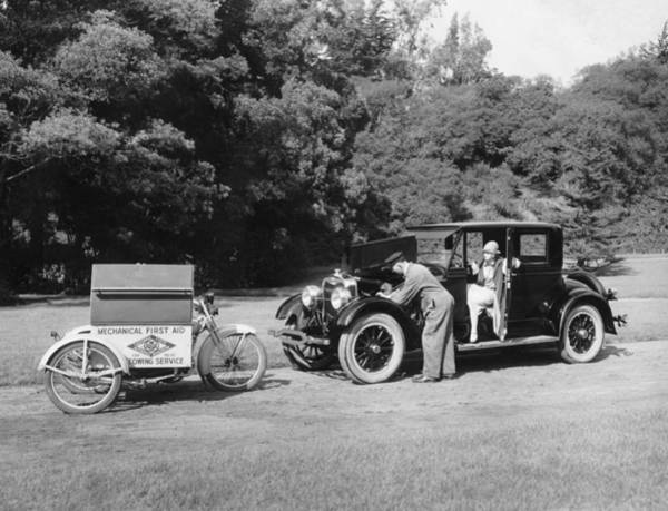 1925 Photograph - Aaa Assisting A Motorist by Underwood Archives