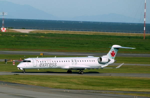 Vancouver International Airport Wall Art - Photograph - Air Canada Express Crj Taxis Into The Terminal by Darrell MacIver