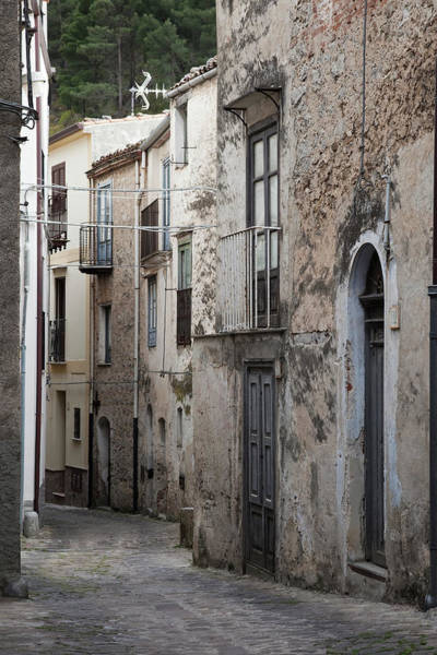 Photograph - Alleyway In Sicily by Maria Heyens