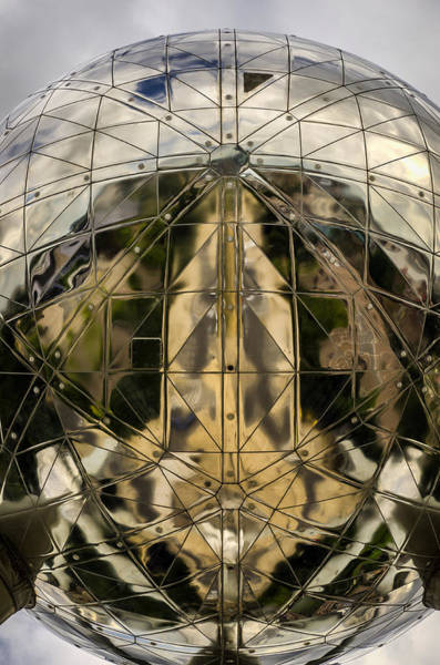 Wall Art - Photograph - Atomium 5 by Pablo Lopez