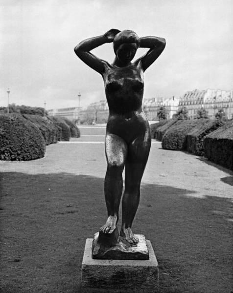 Jardin Des Tuileries Photograph - Baigneuse De Maillol by Hans Mauli