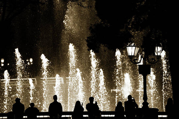 Photograph - Bellagio Fountain At Night by Marilyn Hunt