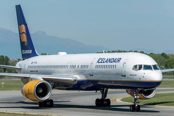 Wall Art - Photograph - Boeing B757 Icelandair Tf-fia by Roberto Chiartano