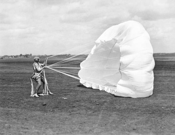 Wall Art - Photograph - Elinor Smith Parachutes by Underwood Archives