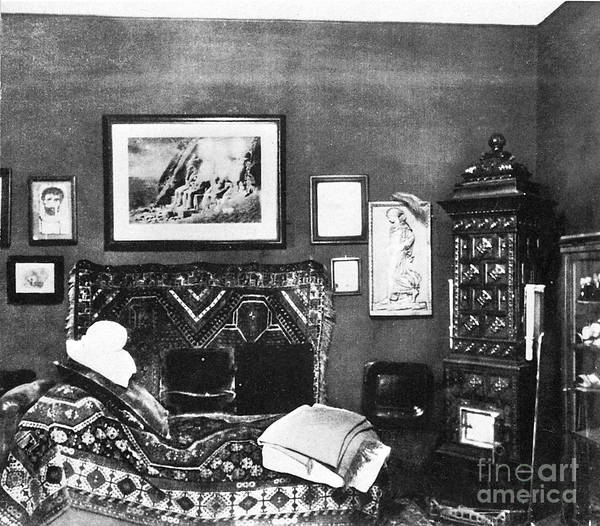 History Of Science Wall Art - Photograph - Freuds Consulting Room by Science Source