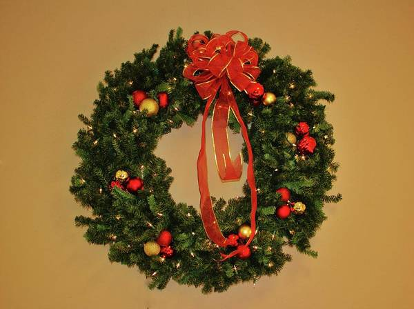 Photograph - Holiday Wreath by Cynthia Guinn