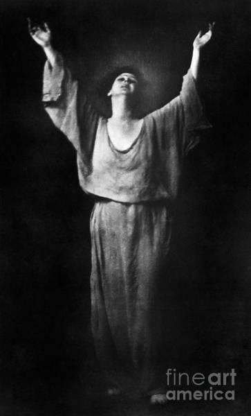 Photograph - Isadora Duncan (1877-1927) by Granger