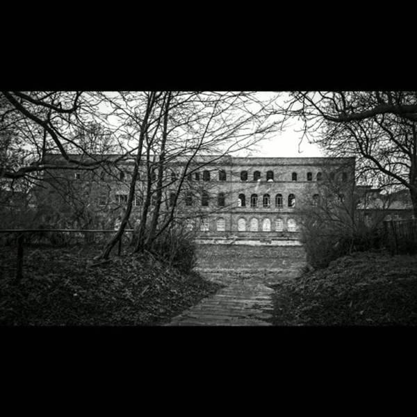 Monochrome Photograph - Kapuzenzeit. Letzte Vorbereitungen by Mandy Tabatt