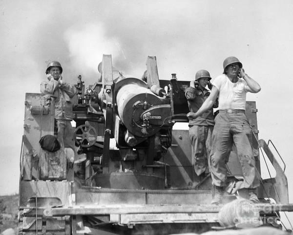 Photograph - Korean War Artillerymen by Granger