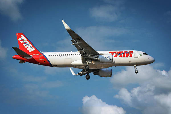 Airbus A320 Wall Art - Photograph - Latam Brasil Airbus A320-214 by Smart Aviation