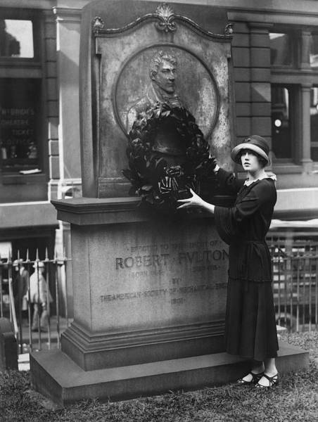 Famous Cemeteries Photograph - Marion Davies Honors Fulton by Underwood Archives