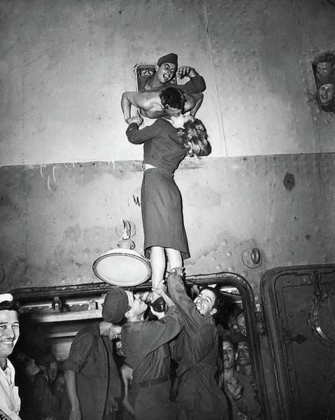 Marlene Dietrich Kissing Soldier Returning From Ww2 1945 Art Print