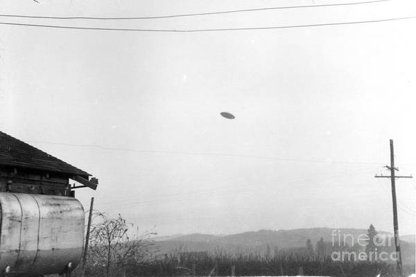 Ufology Photograph - Mcminnville Ufo Sighting, 1950 by Science Source