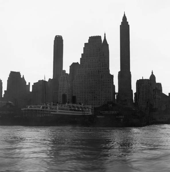 Wall Art - Photograph - New York Silhouette At Dusk by Underwood Archives