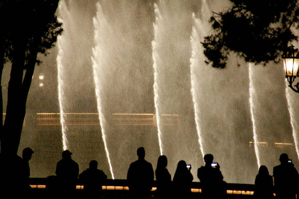Photograph - People Watching Fountain At Bellagio by Marilyn Hunt