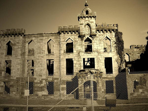 Roosevelt Island Photograph - Ruins by Yannick Guerin