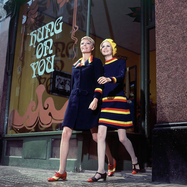 Photograph - Sara Crichton-stuart And Twiggy Shopping by Ray Traeger