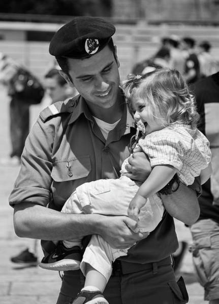Neiman Photograph - Soldier Carrying His Daughter Kotel 1329 by Bob Neiman