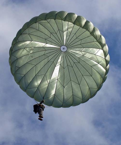 Soldier Of The 82nd Airborne Descends Art Print