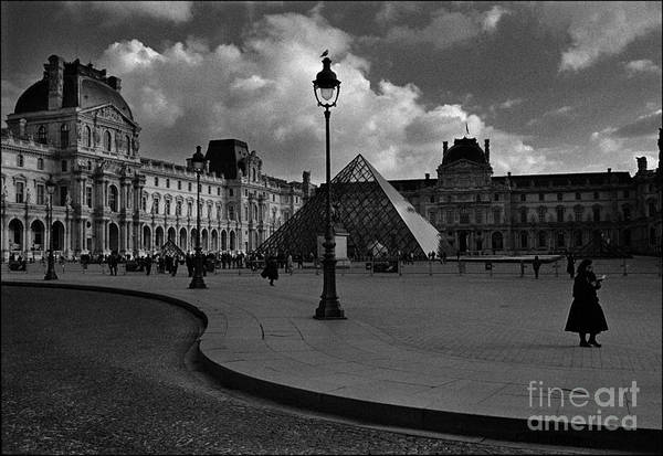Blanco Y Negro Wall Art - Photograph - The Louvre Museum by Aldo Cervato