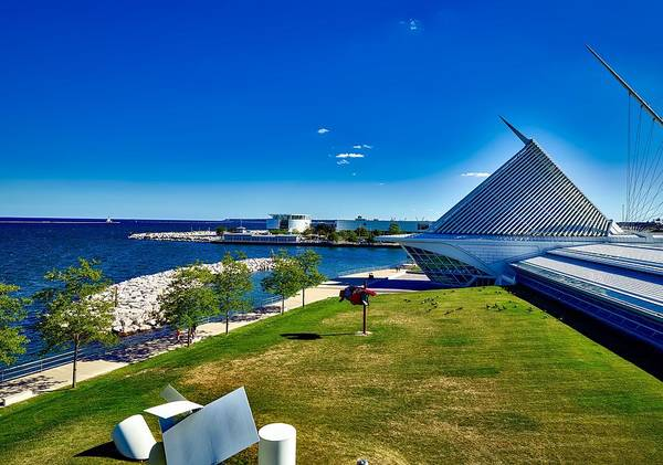 Quadracci Pavilion Photograph - The Milwaukee Art Museum On Lake Michigan by Mountain Dreams