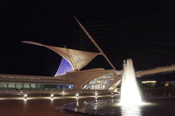 Milwaukee Art Museum Photograph - The Milwaukee Art Museum  by Art Spectrum